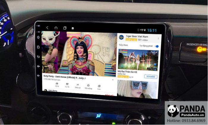 man-hinh-android-cho-xe-Toyota-Hilux-cho-phep-xem-youtube-nho-ket-noi-4g