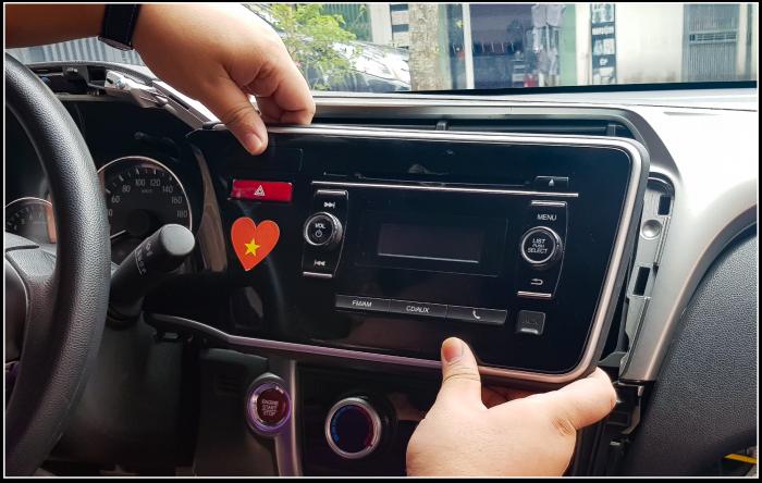 Tháo mặt dưỡng và màn hình cũ ra khỏi xe